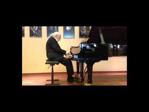 Winkelmayer József zongorázik