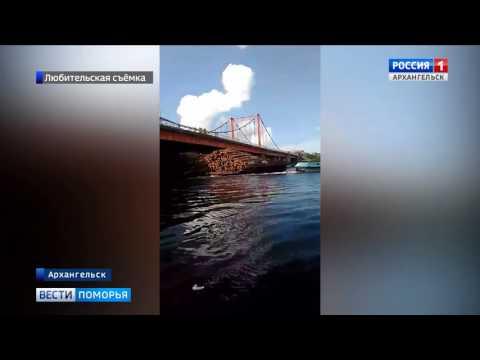 В Архангельске под Соломбальским мостом застряла баржа с лесом