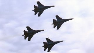 Escuadrillas acrobáticas rusas realizan vuelos y reciben la bendición