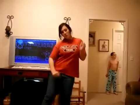 فيديو رائع الطفل يرقص وراء اخته ولم تفوق اليه شاهد قبل الحذف thumbnail