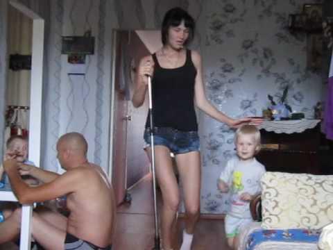 девка моет полы с висячей грудью