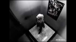 Asansörde Tek başına kalan Türbanlı kız