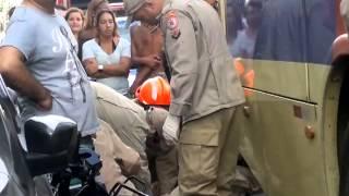 ACIDENTE NA RUA ARI PARREIRA SÃO GONÇALO NO PARAISO A MOTO BATE NO ÔNIBUS