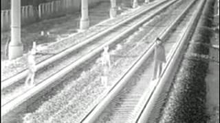 Дети ставят манекен перед поездом