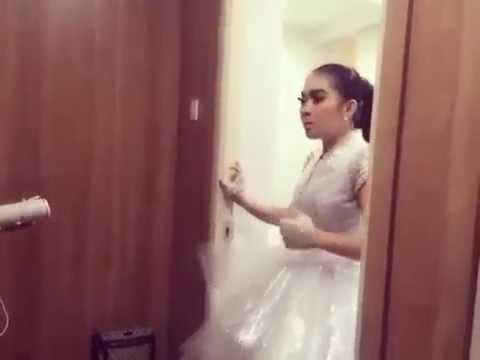 Syahrini Latian Vocal Lagu Jessie J - Flashlight Sebelum Naik Panggung