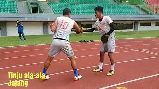 Tak Berlatih Sepak Bola, Jajang Mulyana dan Alfin Tuasalamony Malah Main Tinju