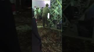 بالفيديو.. غلبها الحنين لابنها المرابط بالحد الجنوبي فبكت بمعرض القوات المسلحة بأبها!