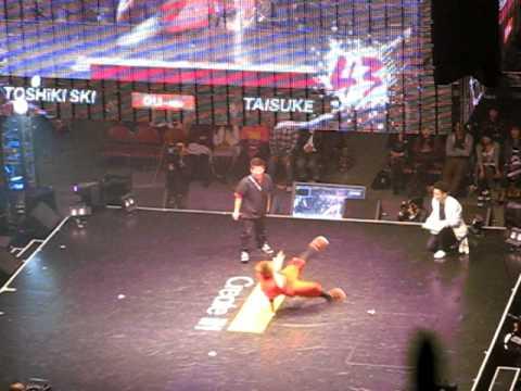 Toshiki Ski vs Taisuke Dance Live Final 2010 Tokyo by Bboy Hayarikko