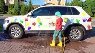 एली डैडी के साथ एक बड़ी कार वॉश में जाती है