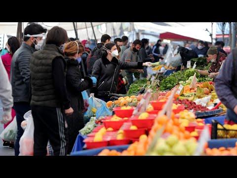 Fatih'te pazarda dikkat çeken kalabalık