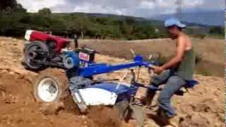 Utilizando el Motocultor de 18 Caballos de Fuerza