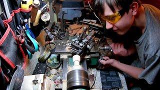 Миша на токарном станке делает бокальчик