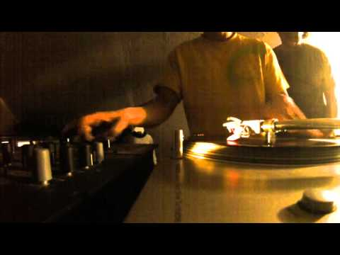 Dj Rundown vinyl scratching 2016
