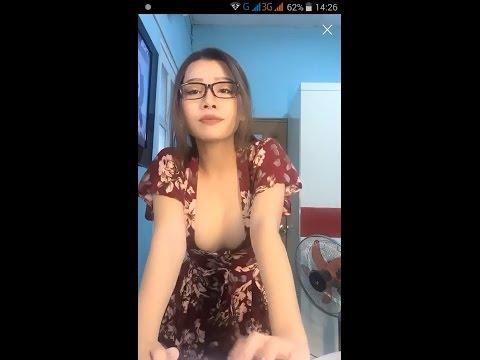 Gai xinh live stream bigo khoe hang khung