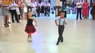 Маленькие дети танцуют  Видео  Это очень круто!★(, 2016-01-02T13:48:11.000Z)