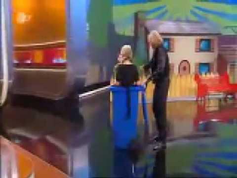 """Ursula von der Leyen: Warum sie bei """"Wetten, dass ..?"""" in eine Mülltonne kletterte"""