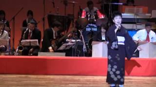 2015年10月25日、高知県四万十市立文化センターで開催の「すみれ会発表会」での南十字星歌謡ショーにおける松岡さんの熱唱です。