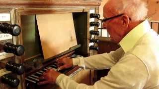 Morlanda Kyrka, Organisten Helge Svahn från Svanskog provspelar en orgel från 1604