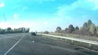 Неожиданный встречный Москвич на трассе Киев-Одесса(Автор этого видео ехал с семьей на отдых в Одессу, но не доехал. Двигаясь в левом ряду дороги, автомобилист..., 2012-10-09T17:20:52.000Z)