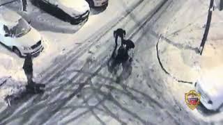 Смотреть видео В Москве водитель такси отвёз пассажиров в засаду, где их ограбили онлайн