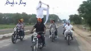 Repeat youtube video TURBAN TYING ON BIKE  DASTAR   PAGG   TYING TURBAN   HD WWW.PUNJABITURBAN.COM