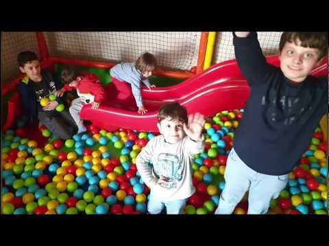 Fatih Selim,Yusuf Mirza,oyuncu Ömer,Enes Abi,birlikte Oyun Alanındaki Top Havuzunda Eğleniyorlar.