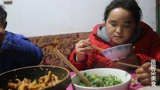 苗大姐二斤鸡爪泡来吃,再来个蔬菜,鸡爪小骨直吃不吐