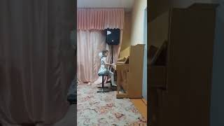 Девочка играет на пианино