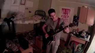 Парень играет на гитаре и круто поет в общаге