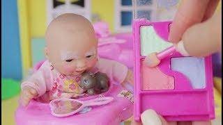 Малышка Маша знает как правильно наносить макияж для детей