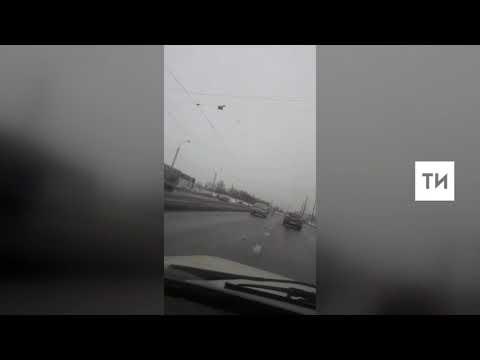 На камеру телефона попала жесткая авария в Казани, в результате которой перевернулась легковушка
