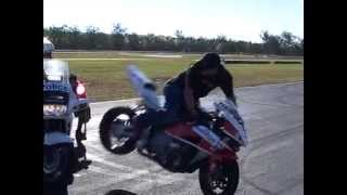 Stunt rider breaks motorcycle police cops mirror off doing stoppie!!