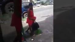 Vrouw gebonden aan paal
