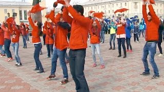 Коллективный танец(Почти 300 школьников станцевали на центральной площади города. Смотрите и комментируйте все новости на..., 2016-04-22T12:40:48.000Z)