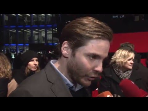 Daniel Brühl Interview (German/Deutsche) - Colonia Berlin Premiere