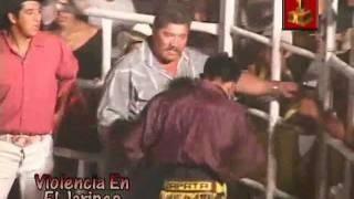 Repeat youtube video Bronca en el Jaripeo: Ruzo de Zapata se pone bravo