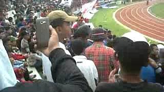 sebelum ricuh di stadion singa perbangsa karawang. DEMI mengibarkan bendera Thejak di Tanah pasundan