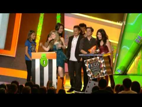 Jennette McCurdy and Jerry Trainor s weird hug from YouTube · Duration:  15 seconds