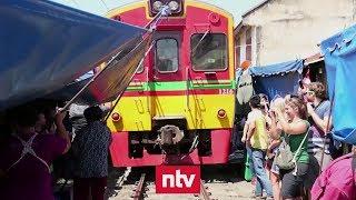 Lok fährt mitten durch engen Markt | n-tv