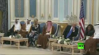 """بالفيديو.. الأمير مقرن يشرح لإيفانكا طريقة """"هز"""" فنجان القهوة"""