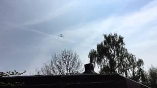 Flypast Lancaster bommenwerper en Spitfire jachtvliegtuig Giessenburg 2 mei 2015