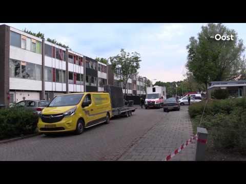 Vijf aanhoudingen tijdens doorzoeking woning Enschede waar handgranaat werd gegooid (UPDATE)