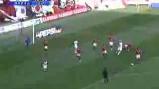闘莉王、ボールのないところで相手選手を背後から蹴る thumbnail
