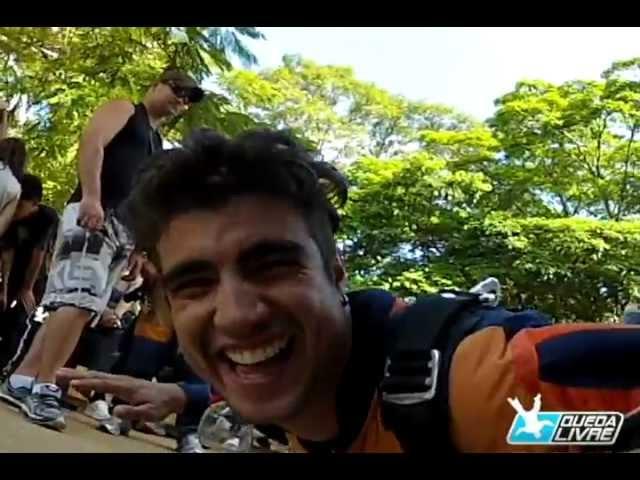 Caio Castro salta de paraquedas na Queda Livre Paraquedismo