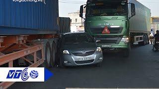 Ô tô 4 chỗ kẹt cứng giữa xe tải và container   VTC
