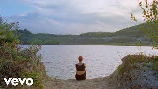 Смотреть клип Emily Burns - My Town
