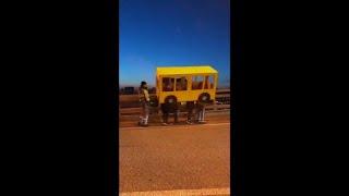 شاهد: شباب يتنكرون بزي حافلة ليتمكنوا من عبور جسر محظور على المشاة في روسيا…