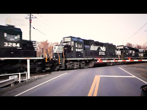 MONSTER TRAIN Led By Uncommon Locomotives - Norfolk Southern 13R