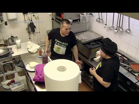 Estefanía limpia el plato de chicote con un papel con mocos - Pesadilla en la cocina