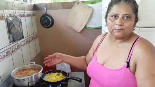 Cocinando con Gladis La Sirenita: Arroz con Chacalines y Huevo con Loroco thumbnail
